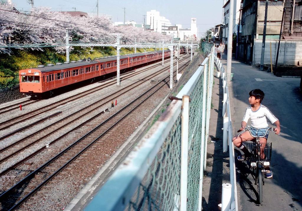 赤い電車と少年