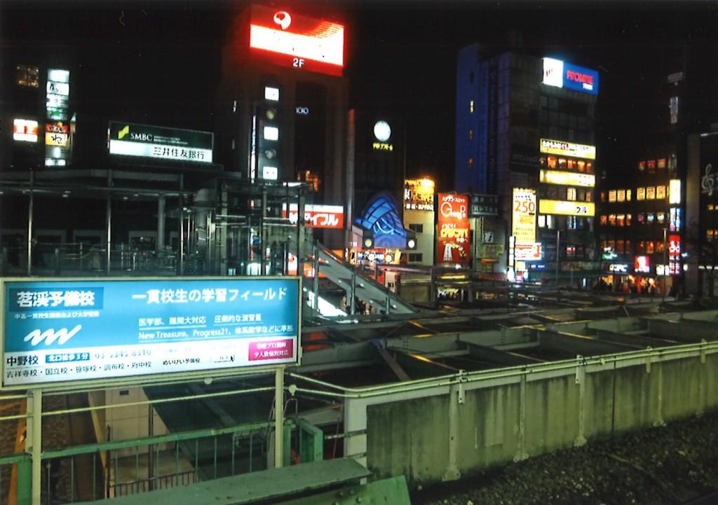 ウキウキする夜の駅前風景